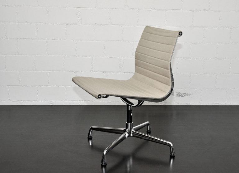 """Alu Chair EA106"", Ray & Charles Eames, sandfarben"