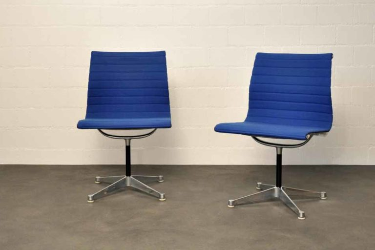 "Zwei Stühle ""Alu Chair EA106"", Ray & Charles Eames Hopsak blau"