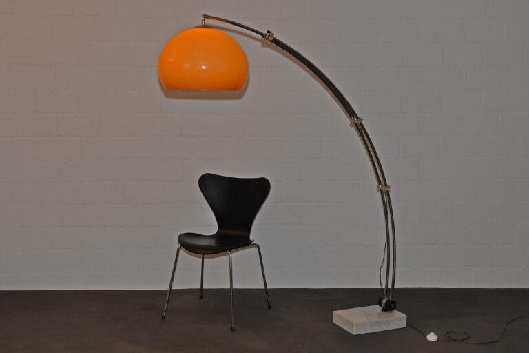 Bogenstehleuchte mit orange-beigem Acrylglasschirm